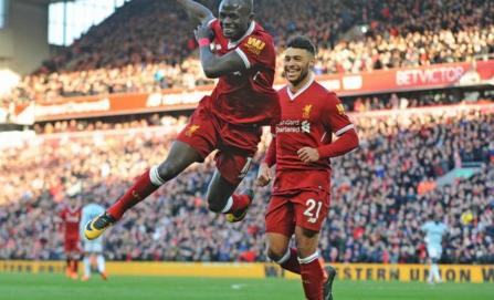 Liverpool golea al West Ham con Chicharito en la cancha