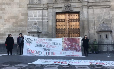 """Plazas sí, despidos no"", piden trabajadores y estudiantes del INAH en Palacio Nacional"