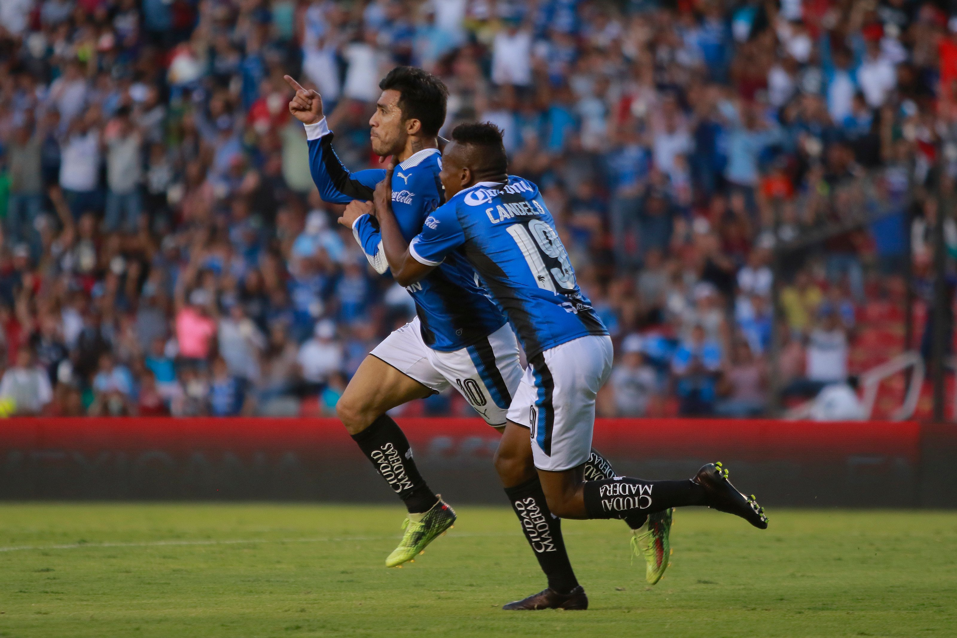 Gallos consigue su primera victoria de la temporada como local
