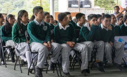Padres impiden paso a docentes